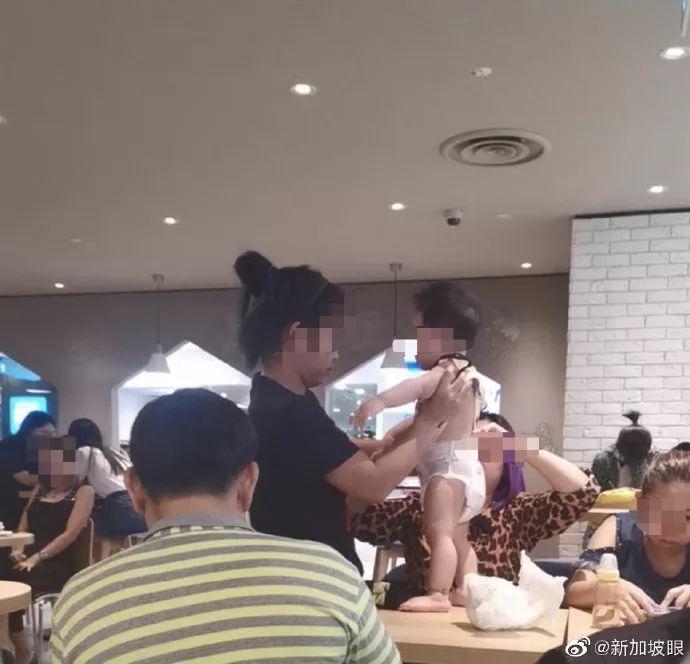 在新加坡餐厅桌子上,女子当众给宝宝换尿布......