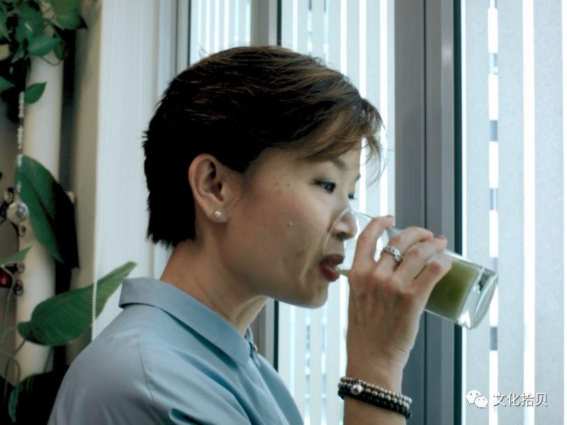 这位可敬可爱的中国大妈,在新加坡圈粉啦!