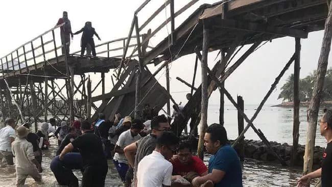 """新加坡""""后花园""""五星级度假村木桥坍塌,至少26人坠海!"""