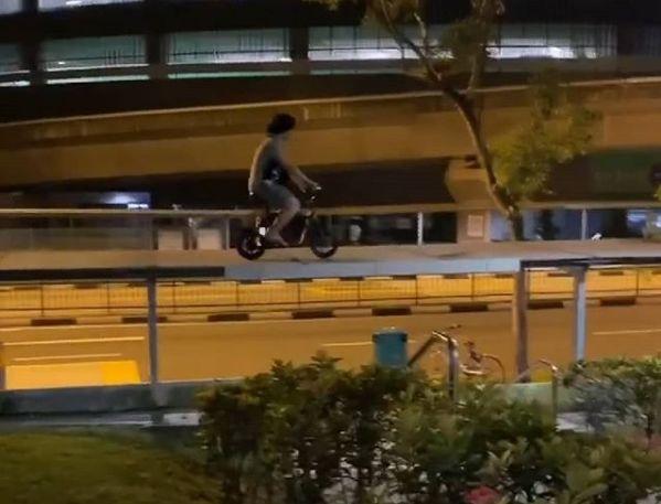 新加坡迷惑行为大赏:遮雨棚上骑电动滑板车?