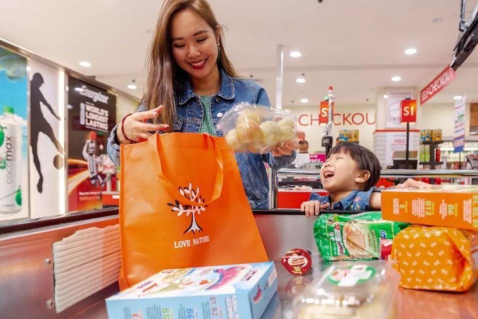 半个新加坡受影响!25家超市开始对塑料袋收费