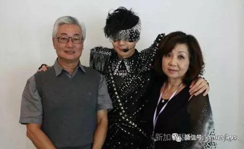 在新加坡邂逅野生林俊杰,他为妈妈贴心庆生!