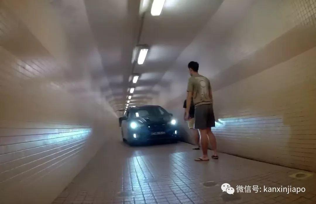 新加坡行人隧道里,半夜硬生生挤进一辆小汽车!