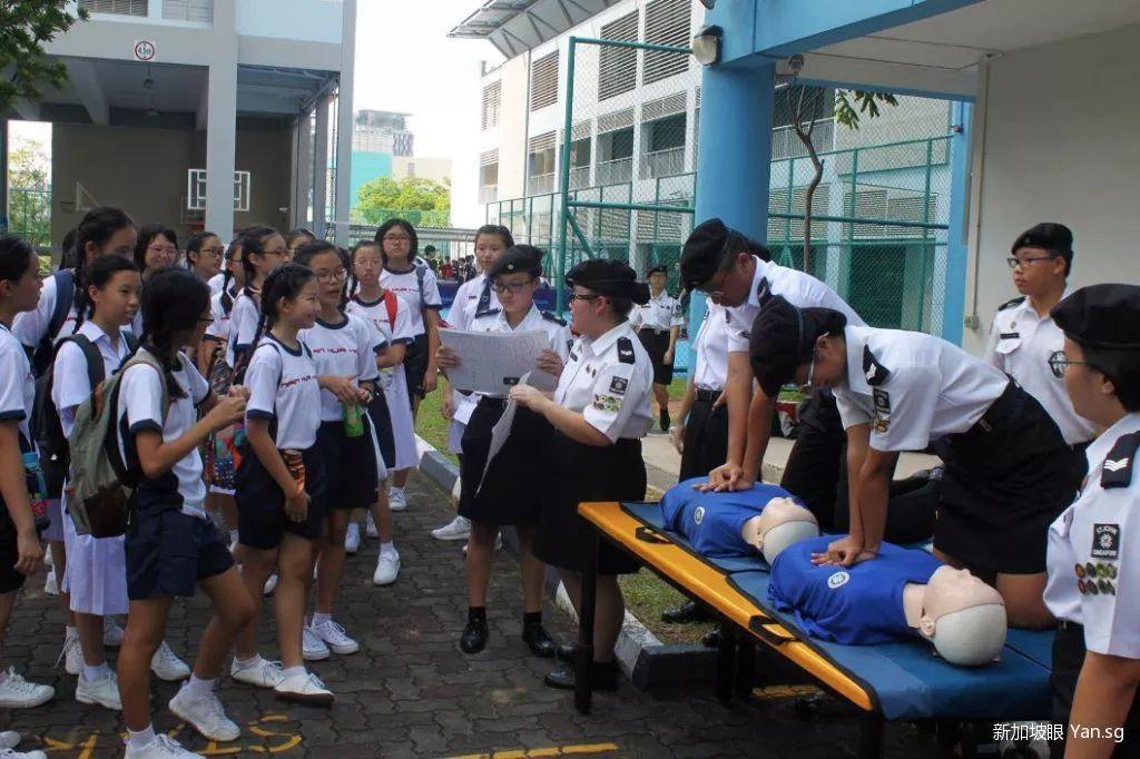 新加坡体育场里,一名男子突然休克,停止呼吸!